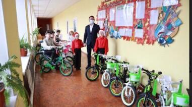 Андрій Стріхарський подарував дітям велосипеди до Дня Св. Миколая
